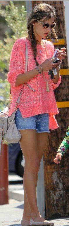 Hey girls!!!   E para quem gosta de um tricozinho com shorts aí vai uma linda  inspiração de look!!!   Sweater rosa + jeans + sapatilhas!  ...