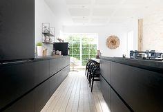 Mooie contrasten met de zwarte keuken in de spierwitte strakke ruimte #JKEDesign #FalsledKro