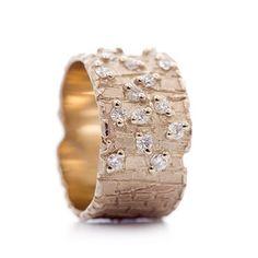 Brede gouden ring met diamanten | Wim Meeussen Goudsmederij Antwerpen - what an interesting way to set the stones!
