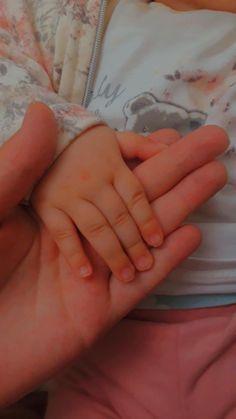 Girl Hand Pic, Cute Girl Pic, Cute Girl Poses, Cute Love Images, Cute Baby Videos, Cute Baby Pictures, Cute Little Baby, Baby Love, Cute Babies Photography