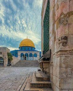 The Dome of the Rock,Al Qudus, Palestine Art Palestine, Palestine History, Islamic Images, Islamic Pictures, Islamic Art, Islamic Sites, Beautiful Mosques, Beautiful Places, Beautiful Pictures