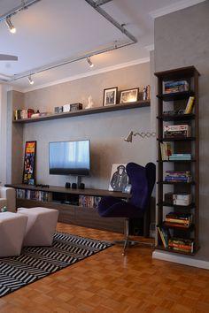 Sala de TV e cantinho da leitura. Perfilados metálicos com spots iluminam e decoram ao mesmo tempo.