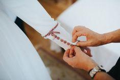 El terciopelo en pequeños detalles como en los botones del vestido de novia modernizarán tu vestido de novia #innovias con la última tendencia Wedding Bells, Holding Hands, Bride, Dress, Fashion, Fitted Bodice, Silk Crepe, Unique Weddings, Velvet