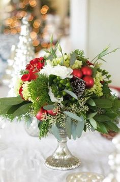 Winter wedding flowers can be a hard task to tackle for the budget bride. Read this post to learn key tips for making your winter wedding flowers wonderful Elegant Christmas Centerpieces, Winter Wedding Centerpieces, Christmas Flower Arrangements, Christmas Flowers, Christmas Tablescapes, Christmas Table Decorations, Christmas Themes, Floral Arrangements, Christmas Candles