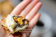 Flaky Asian Buns with Red Bean Paste and Salted Duck Egg Yolks — Yankitchen Blueberry Yogurt Popsicles, Coffee Popsicles, Asian Bread Recipe, Asian Buns, Chinese Moon Cake, Salted Egg Yolk, Red Bean Paste, Chocolate Souffle, Asian Grocery