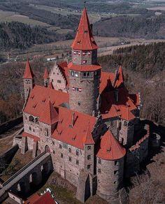 Gothic Castle, Fantasy Castle, Medieval Castle, Interesting Buildings, Amazing Buildings, Ancient Architecture, Amazing Architecture, Castillo Feudal, Monuments