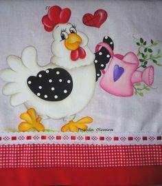 """Pano de prato """"galinha jardineira"""" feita num tecido de sacaria com acabamento de tricoline duplo e fita de cetim. R$ 23,30"""