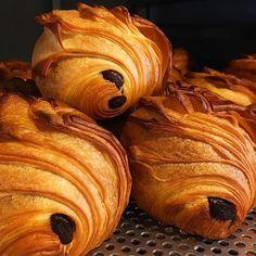 """오늘도 사랑하며,감동하는 #뺑오쇼콜라 녀석이죠...여름철 습도 높은 날씨엔 더욱더 신경쓰죠""""""""빗질샥샥! #oldcroissantfactory#croissant#pastry#올크팩#"""