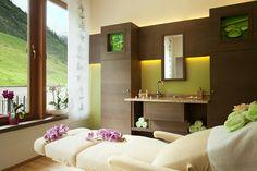 Massageraum im Alpenhof Hintertux Hotel Alpenhof, Bathroom Lighting, Modern, Spa, Mirror, Furniture, Home Decor, Bathroom Light Fittings, Bathroom Vanity Lighting