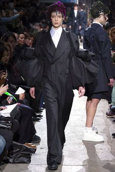 Comme des Garçons Fall 2013 Ready-to-Wear Collection Photos - Vogue Runway Fashion, High Fashion, Fashion Show, Fashion Design, Fashion 2020, Paris Fashion, Men's Fashion, Vogue Paris, Rei Kawakubo