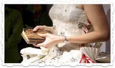 """Sempre que pensamos já ter visto de tudo no que diz respeito à moda nupcial, aparece algo de surpreendente. Conheça a arte de conceber vestidos de noiva... de papel! (Pormenor do """"vestido de palavras"""" de Jennifer Pritchard Couchman. Foto: www.jenniferpritchardbridal.wordpress)"""