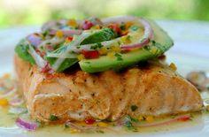 Salmone alla griglia con avocado e salsa al lime - Facilissimo da preparare, il salmone alla griglia è un secondo chic, pronto in pochi minuti.