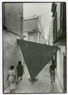 Mauro Staccioli 'Triangolo', laterizi, ferro e cemento.