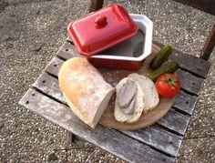 Jemná paštika z drůbežích jater Plastic Cutting Board, Menu, Dishes, Menu Board Design, Tablewares, Dish, Signs, Dinnerware