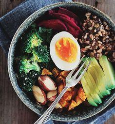 Buddha bowl au brocoli, avocat et oeuf                                                                                                                                                                                 Plus