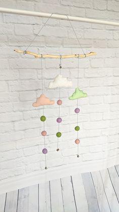 Ein filigranes Mobile und Windspiel. Du kannst es auch als Wandbehang für das Kinderzimmer aufhängen. Mobiles, Etsy, Wind Chimes, Clouds, Craft Gifts, House, Mobile Phones
