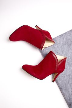Suede bootie with faux leather piping, a pointed toe and an easy side zipper