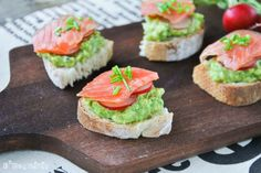 Crostini with Avocado and Salmon (in Spanish with translator)