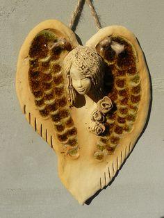 Anděl v srdci Anděl je vyrobený z keramické hlínya dozdobený sypaným sklem. Ručně tvarovaný. Je dvakrát vypálený, co zaručuje vysokou kvalitu tvrdosti. Rozměry: 23,5 x 17,5 Ceramic Jewelry, Polymer Clay Jewelry, Pottery Angels, Clay Studio, Concrete Art, Salt Dough, Angel Art, Clay Projects, Ceramic Pottery
