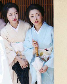 画像に含まれている可能性があるもの:2人 Japanese Geisha, Japanese Beauty, Japanese Kimono, Vintage Japanese, Japanese Girl, Asian Beauty, Kyoto, Japan Outfit, Japanese Characters
