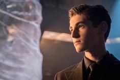 Gotham Season 4 premiere photos send James Gordon right into battle, while the young Bruce Wayne finds himself in a few precarious positions. Batman Arkham Games, Gotham Batman, Gotham Season 4, Familia Stark, David Mazouz, Gotham Bruce, Dc Comics, Batman Redesign, Fish Mooney