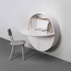 wandsekret r in wei aus holz schreibtisch und schrank in einem f r kleine r ume. Black Bedroom Furniture Sets. Home Design Ideas