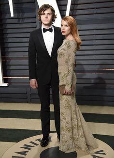 Emma Roberts se puso para la fiesta un vestido de manga larga, de corte sirena, en tonos dorados. Acudió con su pareja, el también actor Evan Peters. Ambos son compañeros en la serie American Horror Story