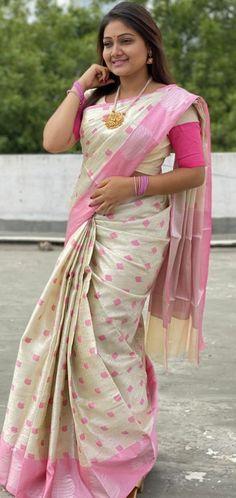 South Indian Actress Hot, Indian Beauty Saree, Curvy Girl Fashion, Saree Styles, Beautiful Saree, Indian Actresses, Cute Girls, Sarees, Saree Fashion