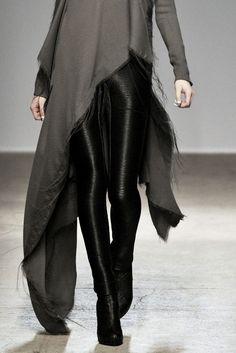 Visions of the Future // Asymmetrical top & black leather jeans; fashion details // Gareth Pugh A/W 2010 Dark Fashion, High Fashion, Fashion Looks, Womens Fashion, Latex Fashion, Steampunk Fashion, Gothic Fashion, Gareth Pugh, Mode Style