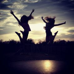 The light is shining through the girls jumping which shows the shape they are making clearer. Bff Pictures, Summer Pictures, Cute Photos, Art Clipart, Image Clipart, Jumping Pictures, Best Friend Photography, Friend Poses, Best Friend Pictures