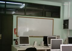 En la imagen se aprecia una de las aulas de informática del centro en la cual se imparten clases de FP de informática .