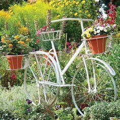 idée pour décorer un jardin vintage avec un vélo et des pots de fleurs