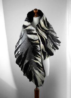 Veel mooier dan de afbeelding! Een sjaal van onze werkplaats. Hand vilten met zijde. Stabiel - het kan prachtig gebonden en verpakt versleten zijn, in vele opzichten. Hij kan een CAP, een riem of halsband sjaal. Onze robuuste materialen zijn zijde en kwalitatief hoogwaardige merinoswol, het resultaat is heerlijk knuffels en nog zeer resistent tegen schimmel. De sjaal is zijdeachtig en zacht, maar zeer duurzaam. Precieze hand werk. 180 cm lang. Onze vilt is in de beste kwaliteit, het…