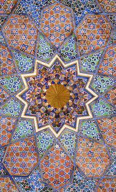 Décor de la mosquée Khodja Akhrar (Samarcande, Ouzbékistan)  La médersa Nadir-Divanbeg et une mosquée d'été dont on voit le décor d'un plafond, ont été construites, à Samarcande, autour du mausolée de Khodja Akhrar, un soufi de la secte des Naqchbandi, mort en 1490 à Kamongaron.   Khodja Akhrar est considéré comme un saint homme et vénéré avec ferveur.