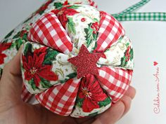 Con porexpan....falso pachtwork Christmas Decorations Sewing, Victorian Christmas Ornaments, Quilted Christmas Ornaments, Christmas Crafts To Sell, Christmas Door Decorations, Handmade Christmas, Christmas Diy, Christmas Wreaths, Christmas Balls
