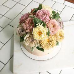 Happy Birthday 💗 ✨ .. .. .. .. #blossom #cake #caketable #bouquet #decor #edibleart #edibleflowers #nyc #newyork #cake #buttercream #cakedecorating #baking #sweet #raining #saturdaynight #saturday @wiltoncakes #wilton @kitchenaidusa #kitchenaid #design