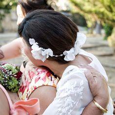 En esta foto Paquita abraza a su madre, qué bien se ve cómo es la diadema de flores by nila taranco. Foto: Max Segura