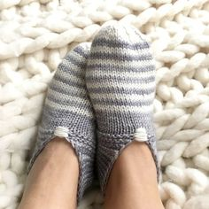 Free Pattern Friday: Simple House Slippers (again) - Tricot 01 Knitting Blogs, Loom Knitting, Knitting Socks, Knitting Patterns Free, Knit Patterns, Free Knitting, Finger Knitting, Knitting Tutorials, Knitting Machine