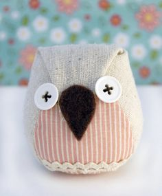 Pink zakka owl by Tokyo Ties Porte Diy, Craft Projects, Sewing Projects, Felt Owls, Owl Ornament, Felt Decorations, Owl Bird, Small Quilts, Homemade Crafts