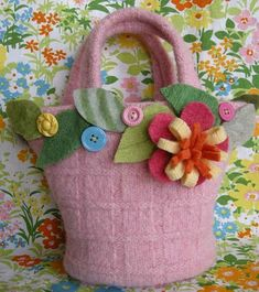 Use felted wool sweaters to sew a mini felt tote adorned with felt flowers and other embellishments. Reinvent your old or damaged wool sweaters or pick some up from the thrift store for this clever sewing craft. Felt Diy, Felt Crafts, Diy Sewing Projects, Sewing Crafts, Fun Projects, Alter Pullover, Recycled Sweaters, Wool Sweaters, Felt Purse