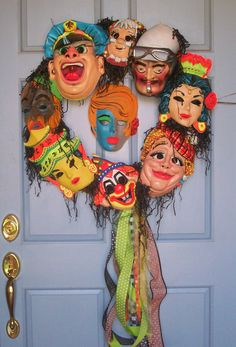 Vintage retro Halloween masks on a wreath. For a Halloween party, gonna add LED lights to their eye holes - creepy! Retro Halloween, Spooky Halloween, Vintage Halloween Decorations, Halloween Haunted Houses, Halloween Masks, Holidays Halloween, Halloween Crafts, Happy Halloween, Halloween Party