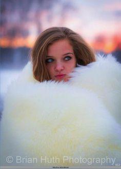 Drowned in white fox fur Sheepskin Coat, Fox Fur Coat, Fur Coats, Cute Jackets, White Fur, Fur Fashion, Model Photographers, Cute Woman, Mantel