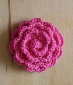 今まで、かぎ編みで作るコースターや編みぐるみの編み図をご紹介してきましたが、今回はバラの花(立体の巻きバラ)の編み方について書こうと思います。小さくて可愛いので、ゴムにつけて子供向けの髪飾りにしてみたり、棒編みで作った帽子やバッグにコサージ