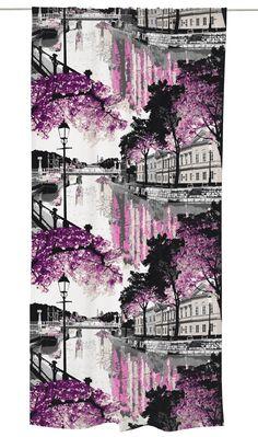 <p>Aurajoki-valmisverho kuuluu Vallilan suosittuun kaupunkikuosien kokoelmaan. <span>Vallilalta on toivottu kaupunkikuoseja, jotka kuvaisivat Helsingin lisäksi myös muuta Suomea.</span>Riina Kuikan suunnittelemaan Aurajoki-kuosiin on kuvat