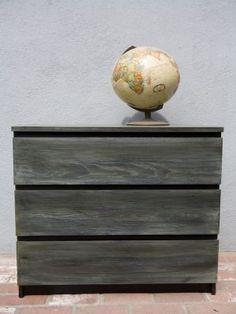 Ikea Malm dressoir. De eerste laag is een wash van Annie Sloan Chalk Paint Pure White en de tweede laag een wash van Olive. De origineel kleur van de kast komt doorheen.