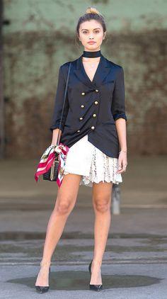 Street style com vestido branco e blazer fechado.
