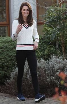 Casual Style from Kate Middleton and Prince William's Sports Day in Northern Ireland The duchess showcases a chic, preppy and sporty look. Source by laurelvanhooser Outfits sporty Kate Middleton Outfits, Kate Middleton Stil, Estilo Kate Middleton, Princess Kate Middleton, Kate Middleton Photos, Kate Middleton Fashion, Kate Und William, Prince William And Kate, Style Casual