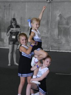 cheerleading stunting KNEE STAND: Lowest level of single-leg stunt, usually performed in Level 1 Mini and Youth cheerleading where the base kneels with one leg at a 90 degree angle and the flyer steps up in liberty position with the aid of a backspot. Football Cheer, Cheer Camp, Cheer Coaches, Cheer Dance, Football Stuff, Cheer Routines, Cheer Workouts, Easy Cheerleading Stunts, Martial