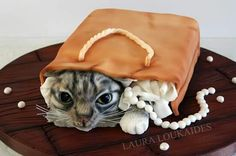10 Realistic Animal Cakes Cats Photo - Cat Cake Ideas, Realistic Cat Cakes and Realistic Animal Cakes Crazy Cakes, Fancy Cakes, Cupcakes, Cupcake Cakes, Kitten Cake, Realistic Cakes, Bag Cake, Cake Shapes, Sculpted Cakes