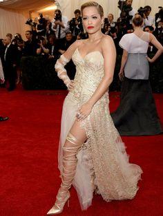 AFP - AFP / Agência.  Rita Ora  A cantora usou um longo dourado da grife Donna Karan Atelier.